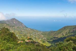 karibischer Meerblick von einem Berg foto