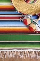mexikanischer Hintergrund mit traditioneller Decke und Sombrero foto