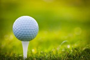 Nahaufnahme eines Golfballs auf einem Abschlag foto