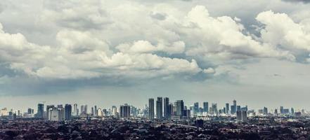 Blick auf die Stadt Jakarta mit Kampung im Vordergrund