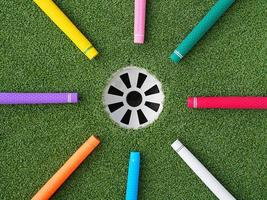 bunte Golfgriffe zeigen auf das Golfloch foto