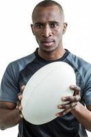 Porträt des Sportlers, der Rugby hält foto