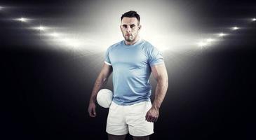 zusammengesetztes Bild des Rugbyspielers, der Kamera betrachtet foto