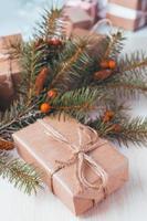 Geschenkboxen mit Bändern und Weihnachtsdekor foto