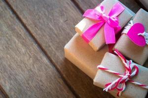 Geschenkbox auf hölzernem Hintergrund foto