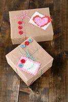 Geschenkboxen aus Papier auf Holzhintergrund