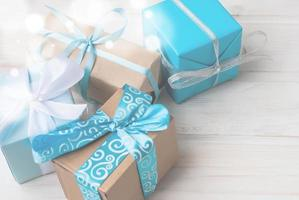 Schachteln mit Geschenken mit Bändern auf Holzrücken verziert