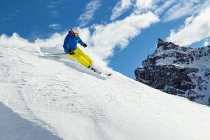männlicher Freerider-Skifahrer