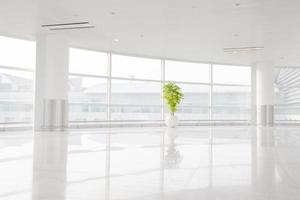 großes Fenster ins weiße Büro foto