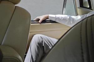 Mann hinter einem Auto foto