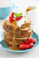 Dessert aus Bananenkuchen mit Karamellsauce und Erdbeeren.
