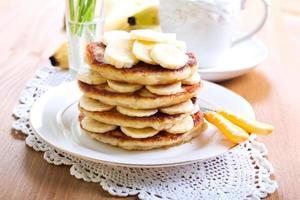 Haufen Bananenpfannkuchen foto