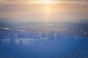 schöne lebendige sonnige skandinavische Winterlandschaft des Skigebiets