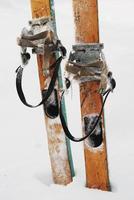 alte hölzerne Ski im Schnee