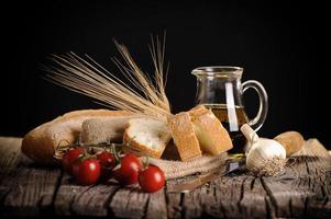 Olivenöltomaten und Brot foto