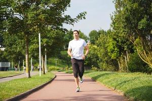 Mann läuft im Freien