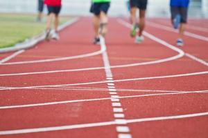 beschnittenes Bild des Läufers beim Wettkampflauf foto