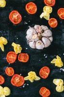 Nudeln und Tomaten foto