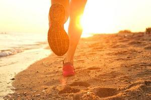 am Strand laufen.