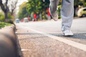 entlang der Straße laufen