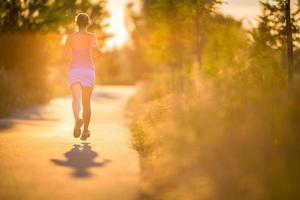 junge Frau läuft im Freien foto