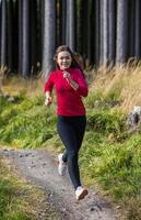 junge Frau läuft im Freien
