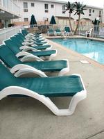 Liegestühle im Pool foto