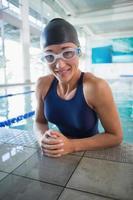 Schwimmerin im Pool des Freizeitzentrums foto