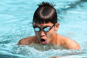 Brustschwimmen im Schwimmbad foto