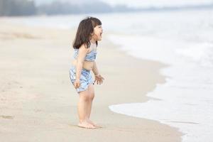 süßes asiatisches Mädchen am Strand foto