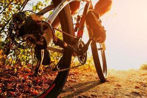 Detail der Radfahrermannfüße, die Mountainbike auf im Freien reiten foto
