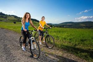 zwei Frauen, die Fahrrad fahren foto
