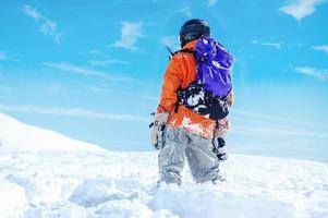 Snowboard Freerider in den Bergen foto