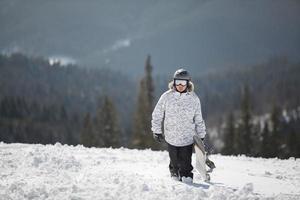 Snowboarder gegen Sonne und Himmel foto