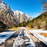 Straße in den Alpen foto