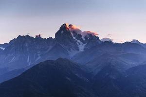 Herbstlandschaft und schneebedeckte Berggipfel. Blick auf die Mou foto