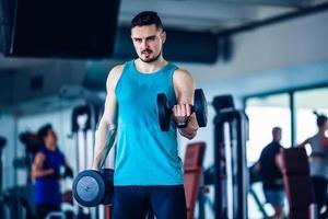 Sportlehrer im Fitnessstudio, der Übung macht