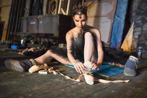Ballerina sitzt auf der Aufwärmphase hinter der Bühne foto