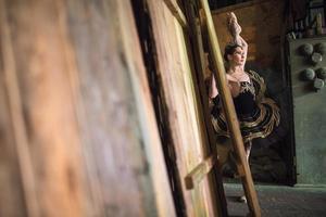 Ballerina steht auf und wärmt sich hinter der Bühne auf, bevor sie auf die Bühne geht foto