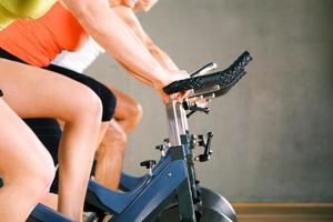 Radfahren im Fitnessstudio foto