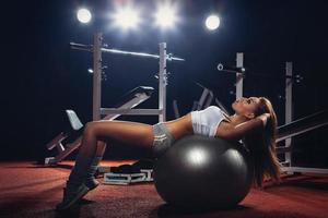 Frau, die Pilatesball ausübt foto