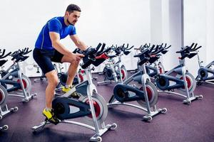 Trainingslehrer im Fitnessstudio foto