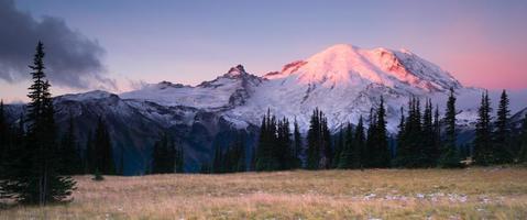 rauchiger Sonnenaufgang mt regnerischer Nationalpark Kaskade Vulkanbogen foto