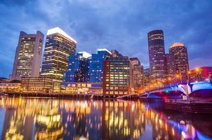 Bostoner Hafen und Finanzviertel in der Dämmerung in Boston
