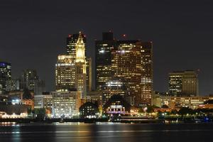 Boston Skyline in der Nacht, Massachusetts, USA