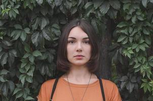 schönes dunkelhaariges Mädchen posiert foto
