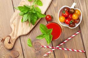 frischer Tomatensaft-Smoothie mit Basilikum foto