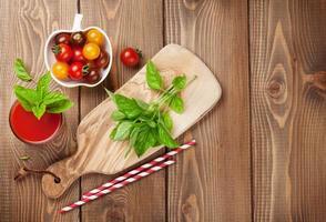 frischer Tomaten-Smoothie mit Basilikum foto