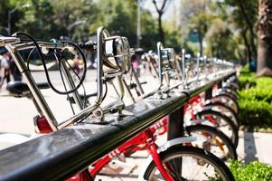 Fahrräder auf dem Stadtparkplatz foto