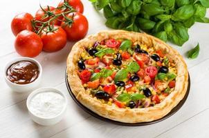 Pizza auf Holztisch foto